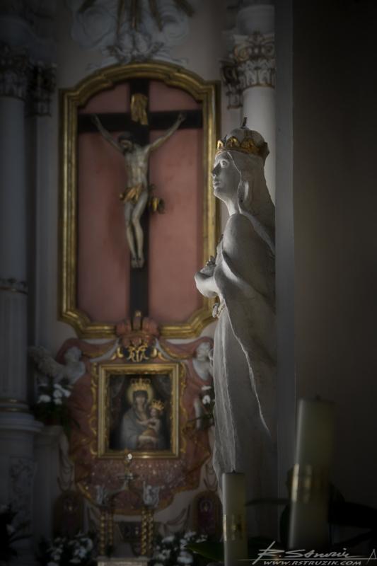 Gniezno, Kościół Wniebowzięcia NMP. Ołtarz i posągi przy prezbiterium.
